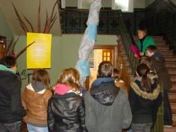 """Mevr. Vanrenterghem in druk overleg met haar leerlingen over het thema """"Stroom""""."""